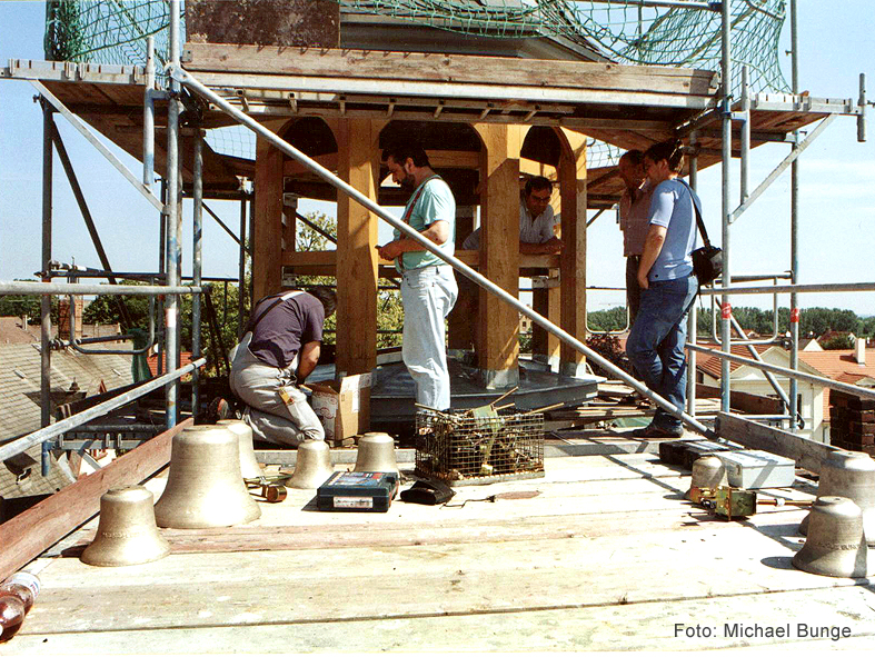 Der Einbau der 18 Glocken im Sommer 2006